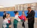 Students present a gift welcoming Mayor School to their school in Langfang.